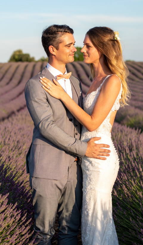 photoshoot couple in the lavender fields in Provence