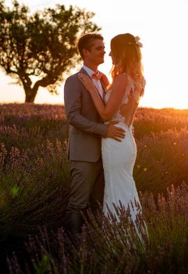 Couple de mariés dans un champs de lavande Noce de rêve by Flovinno