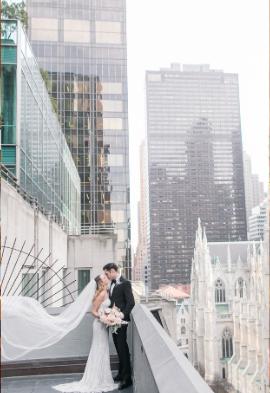 Mariés avec vue sur les buildings Noce de Rêve by Flovinno